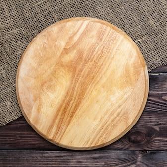 Tábua redonda em uma mesa de madeira
