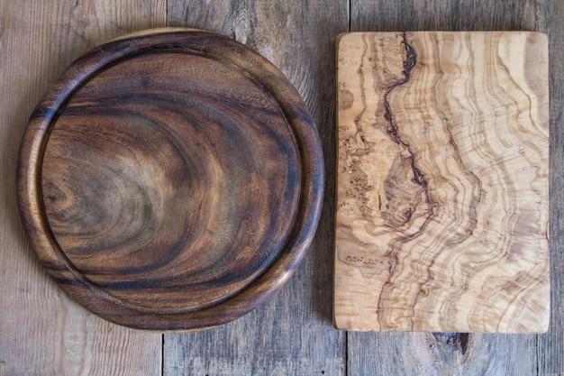 Tábuas de cortar de formas diferentes em um fundo de madeira