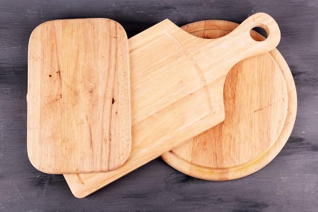 Tábuas de corte vazias na superfície de madeira