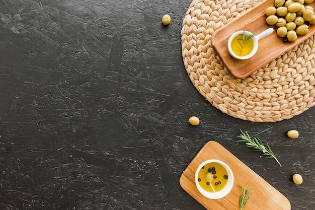 Tábuas de madeira com azeitonas e azeite