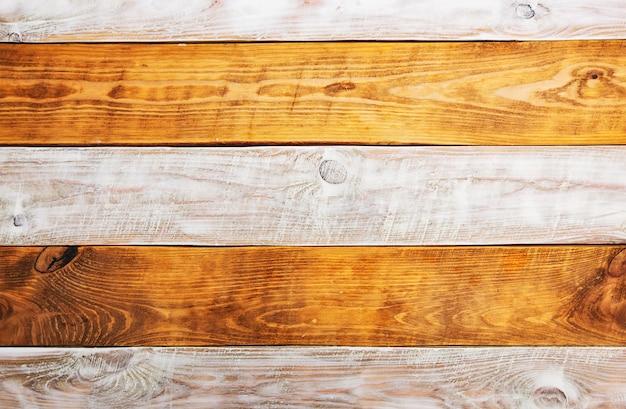 Tábuas de madeira marrons e brancas