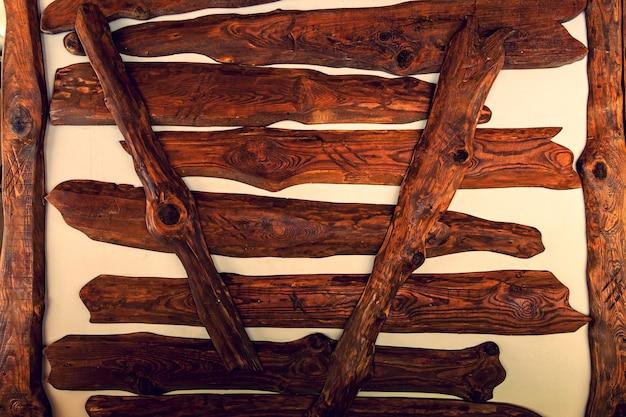 Tábuas de madeira são pregadas em uma parede branca para uma decoração, fundo de textura de tábuas de madeira pastel