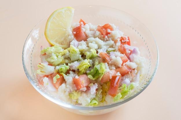 Tabule de salada oriental tradicional em tigela