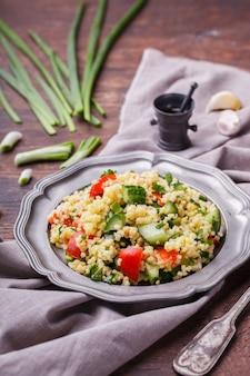 Tabule, uma salada vegetariana árabe feita de cuscuz