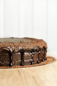 Tabuleiro com delicioso bolo saboroso na mesa