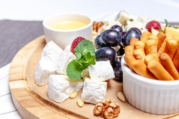Tabuleiro com diferentes tipos de queijos
