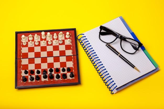 Tabuleiro com figuras de xadrez nele. conceito de negócio, líder e sucesso