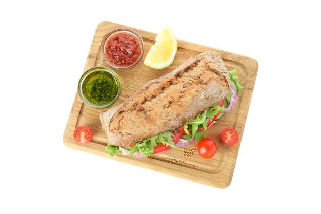 Tabuleiro com sanduíche de ciabatta e ingredientes isolados no fundo branco