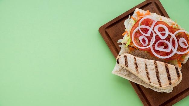 Tabuleiro com sanduíche delicioso