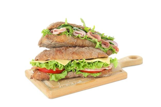 Tabuleiro com sanduíches de ciabatta isolados no fundo branco