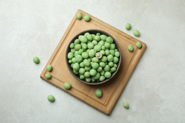 Tabuleiro com tigela de nozes de wasabi em textura branca