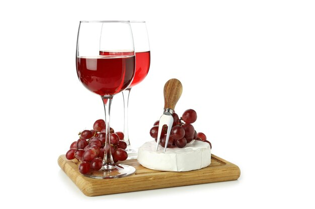 Tabuleiro com vinho, queijo e uva isolado no fundo branco