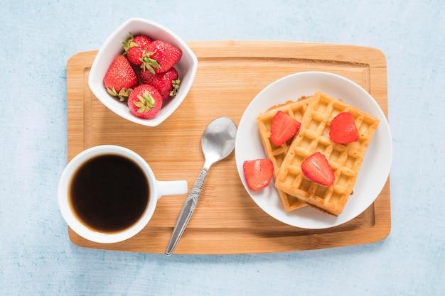 Tabuleiro com waffles e frutas