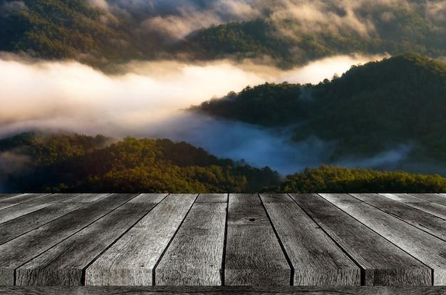 Tabuleiro de madeira vazio, mesa ou terraço de madeira moderno