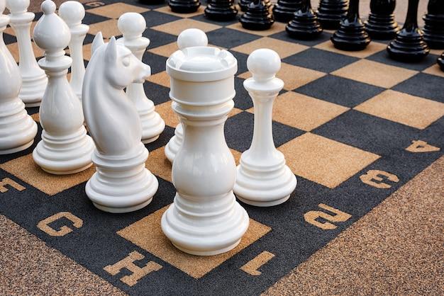 Tabuleiro de xadrez ao ar livre com grandes peças de plástico