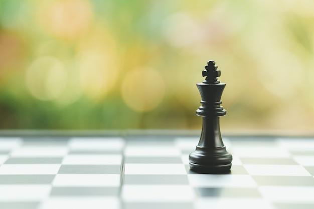 Tabuleiro de xadrez com uma peça de xadrez nas costas. negociação nos negócios.