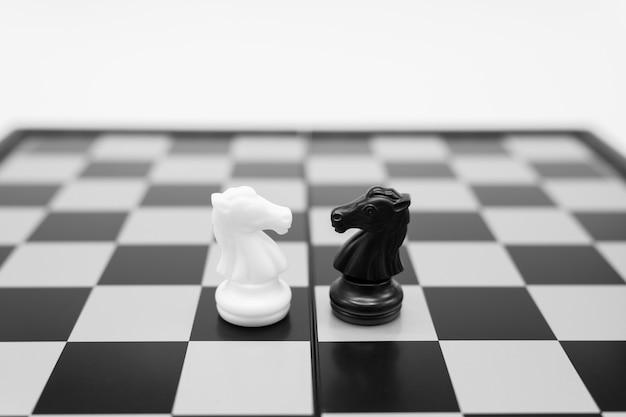Tabuleiro de xadrez com uma peça de xadrez nas costas negociando nos negócios.