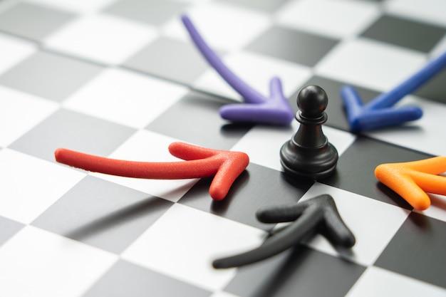 Tabuleiro de xadrez com uma peça de xadrez nas costas negociar nos negócios.