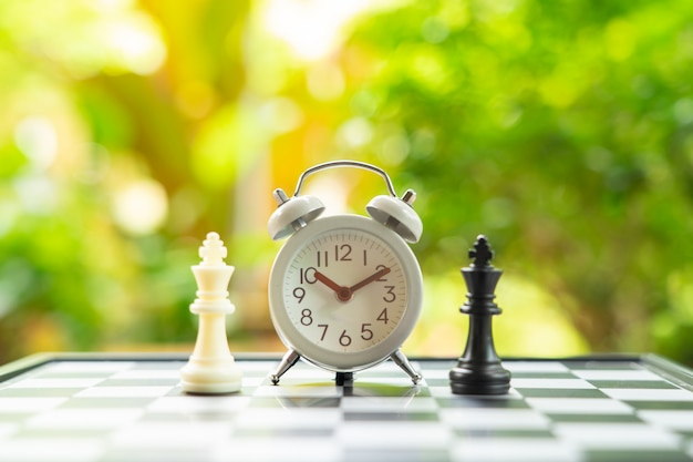 Tabuleiro de xadrez com uma peça de xadrez nas costas negociar nos negócios
