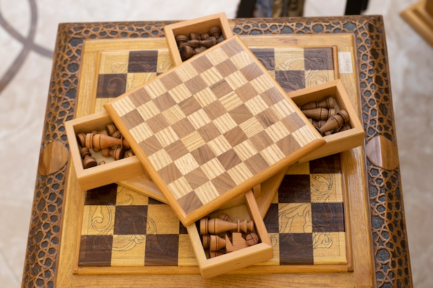 Tabuleiro de xadrez de madeira com gavetas de figuras