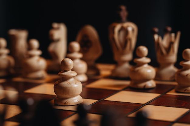 Tabuleiro de xadrez de madeira com peças de xadrez