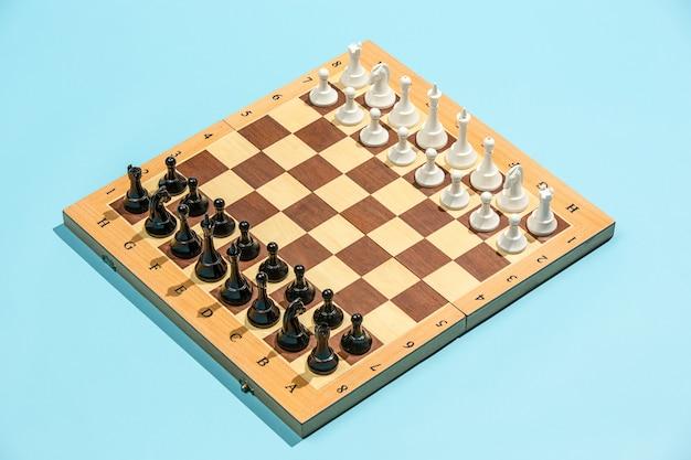Tabuleiro de xadrez e conceito de jogo de idéias de negócios e concorrência.