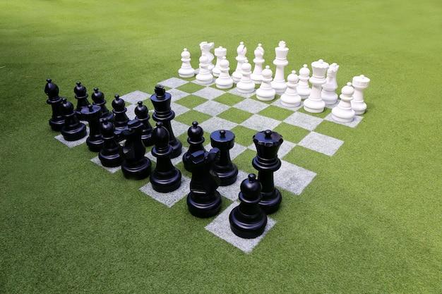 Tabuleiro de xadrez e peças de xadrez no jardim