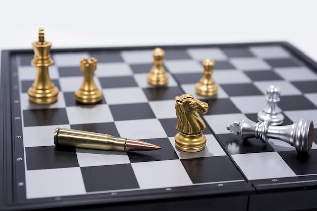Tabuleiro de xadrez em figuras brancas, douradas e prateadas