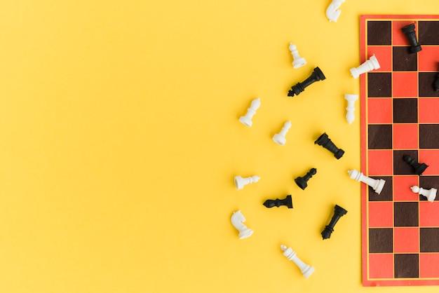 Tabuleiro de xadrez vista superior em fundo amarelo