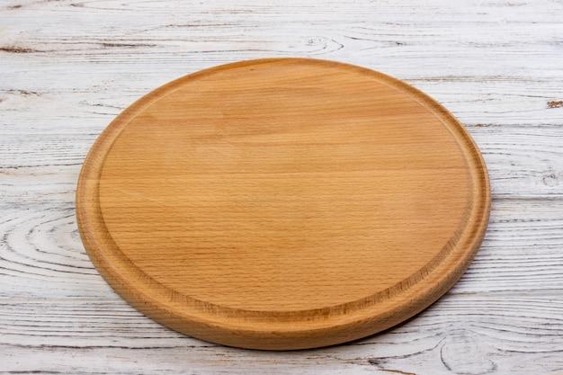 Tabuleiro vazio de madeira redondo para pizza