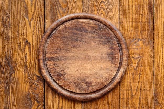 Tabuleiro vazio redondo de madeira para pizza