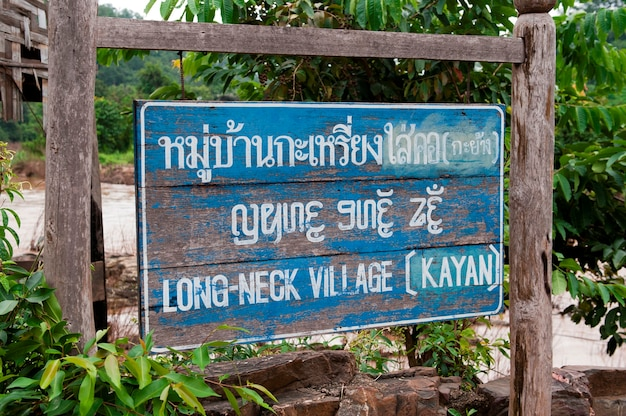 Tabuleta bilingue da vila longa da garganta, huay pu keng, província do filho de mae hong, tailândia