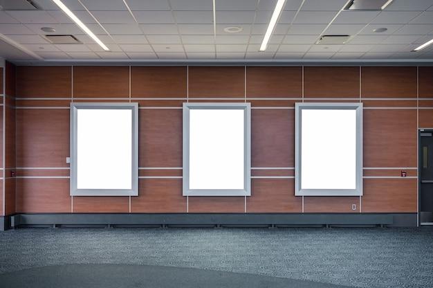 Tabuleta branca em branco para anunciar na parede de madeira da estação