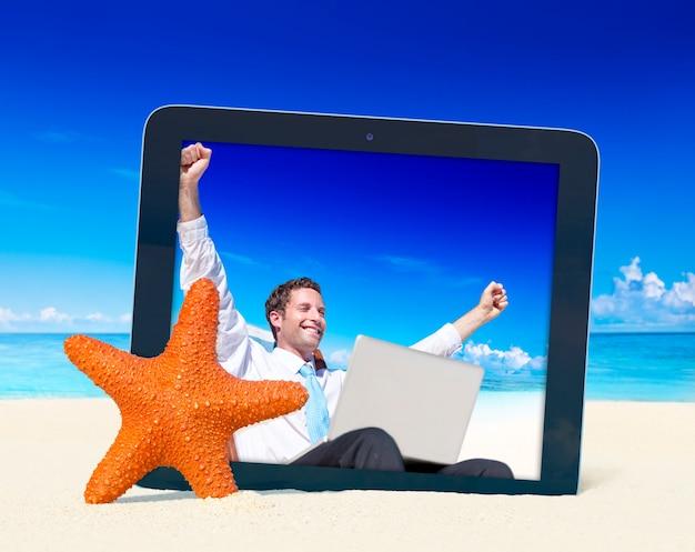 Tabuleta de digitas com foto de um homem na praia.