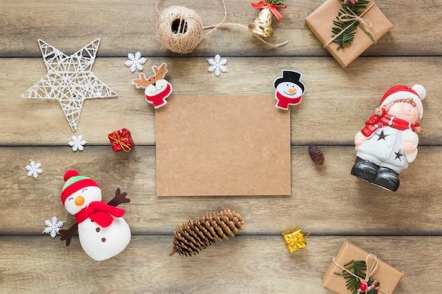 Tabuleta de papelão entre brinquedos de natal