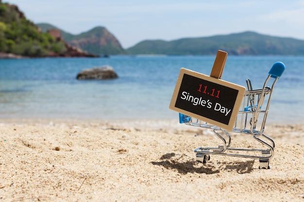 Tabuleta e carrinho de compras na praia. compras online da china. conceito de venda de dia único.