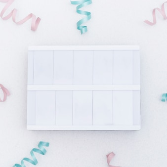 Tabuleta em branco vazia entre confetes