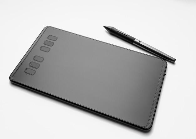Tabuleta gráfica com caneta no fundo branco. ferramenta para designers e ilustradores.