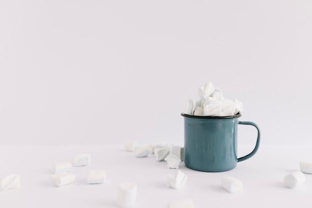 Taça azul cheia de marshmallows