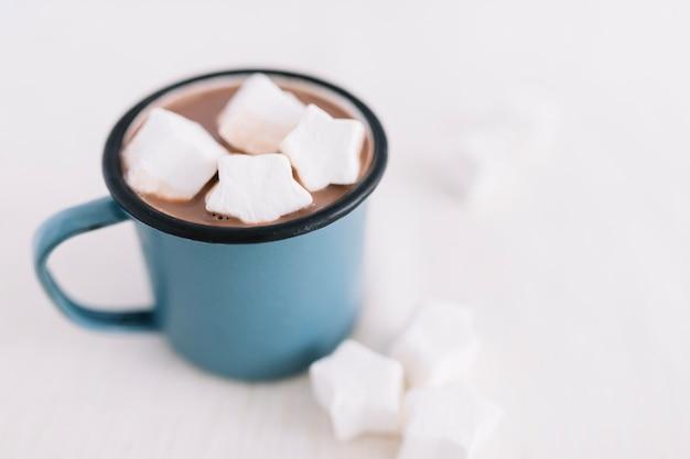 Taça azul com cacau e marshmallows