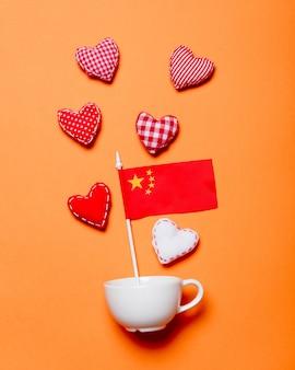 Taça branca e formas de coração com a bandeira da china
