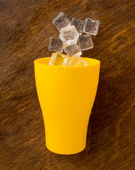 Taça cheia de cubos de gelo