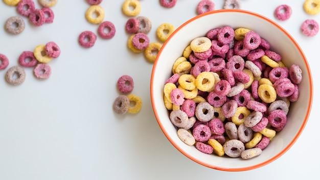 Taça com cereais e loops de frutas