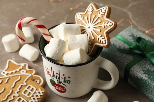 Taça com marshmallow e acessórios de natal