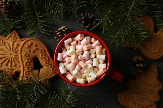 Taça com marshmallows e biscoitos de natal na mesa