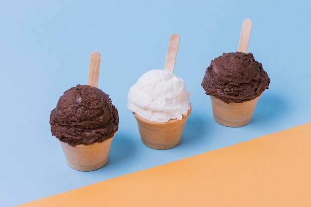 Taça com sorvete de baunilha e chocolate