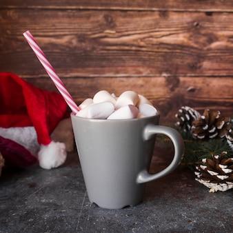 Taça com tubo de plástico e marshmallows