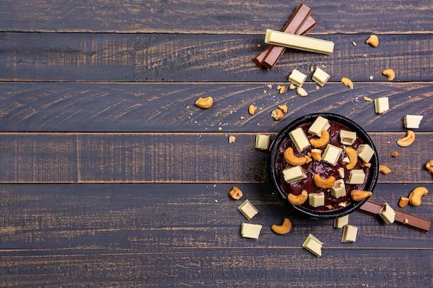 Taça de açaí congelado com nozes e chocolate