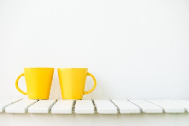 Taça de café amarela na mesa