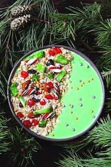 Taça de café da manhã de natal. galhos de árvores de natal e enfeites de natal.